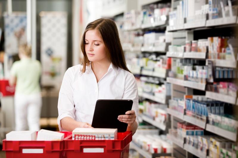 Farmacista che consulta il prontuario farmaceutico online su un tablet